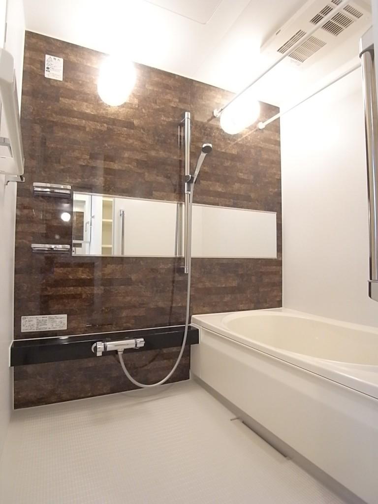 追い焚き・乾燥機能付きのシックな浴室!
