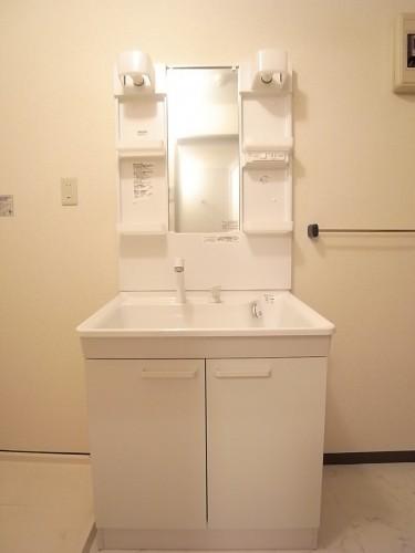 三面鏡のシャワー付き独立洗面台です!
