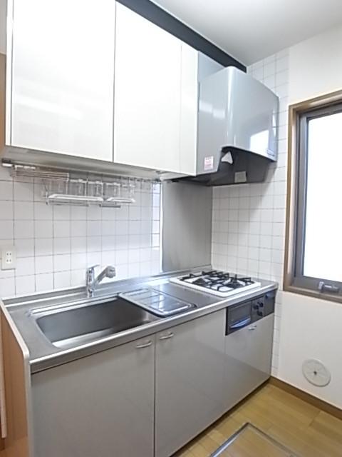 窓のある明るいキッチンは収納豊富!ガス2口コンログリル付!