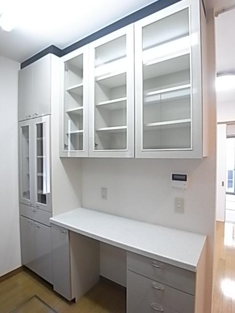 システムキッチンの背面には食器がたっぷり入る収納!