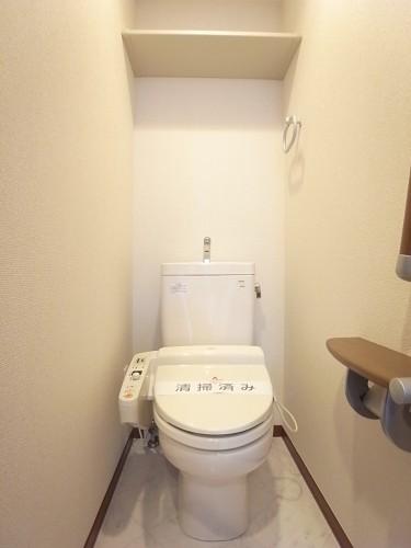 トイレは温水洗浄便座付き!上部棚にはペーパー類のストックを!
