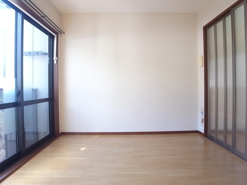 洋室とキッチンの間仕切は明かりを通すスライドスクリーン