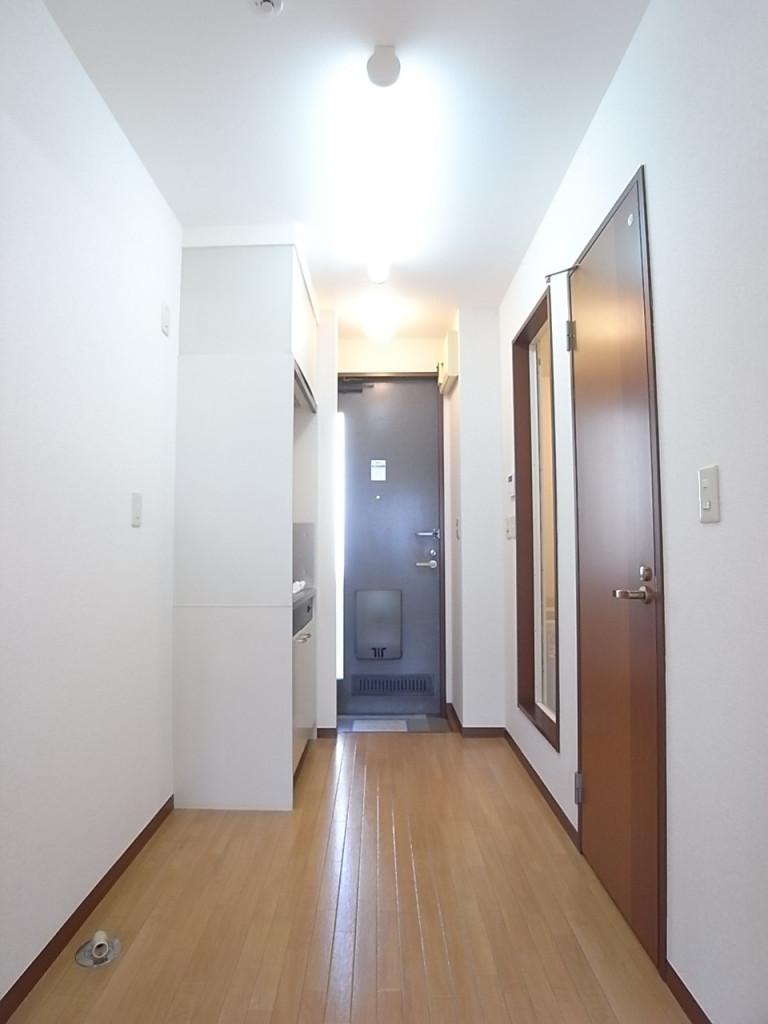 室内から玄関方向を撮影
