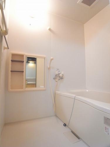 一日の疲れをいやしてくれる浴室。110×160サイズ