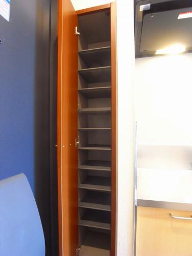 高さも調節できる下駄箱。足りなくても広い廊下にたくさん置けます!