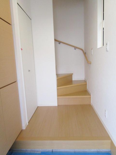 一階玄関に大きなシューズボックスと収納があります