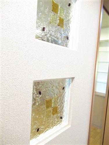 洋室と廊下間のカベにかわいいステンドグラスがはめ込まれています