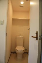 トイレは棚付!コンセントも装備!