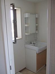 爽やかな光に包まれる窓付独立洗面台!