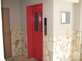 エレベーターの赤も印象的です!