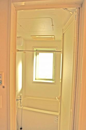 バスルームには窓も!モザイクタイル貼り!
