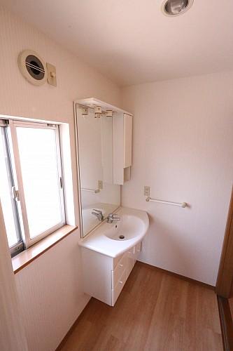 洗面所にも窓があり爽やかです♪