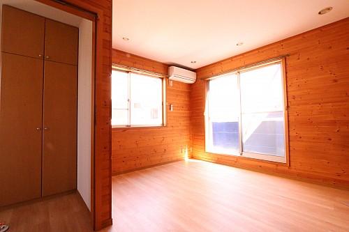 南向きのバルコニーから光が注ぐ明るいお部屋です♪