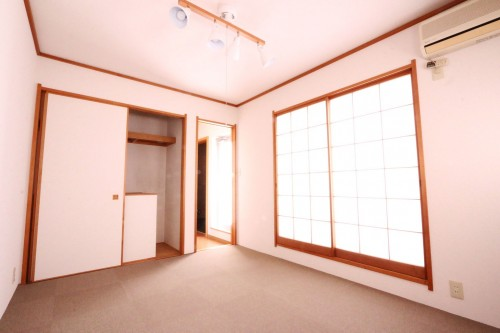 和室も南向き窓があるので陽当たり良好です♪