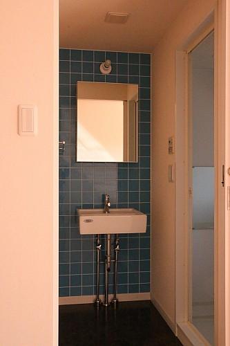 独立洗面台はお洒落なモザイクタイル貼り!