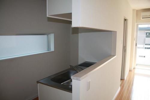 キッチンにも窓があり爽やかな光が入ってきます。