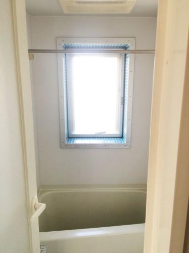 バスルームには窓も!モザイクタイル貼り!爽やかシャワータイム♪