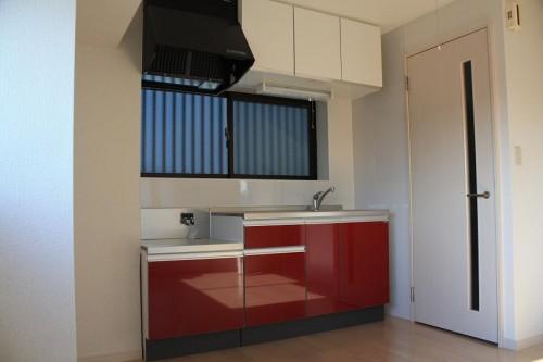 写真は404号室の写真です。403号室のキッチンと吊り戸棚の形状が異なります
