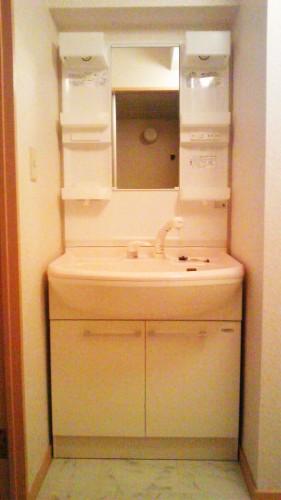 シャワー付独立洗面台です! 洗面所は脱衣所(洗濯機置き場)を兼用