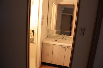 三面鏡装備のハイグレード独立洗面台!
