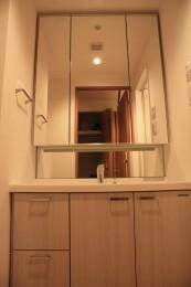 3面鏡の独立洗面台は稀少です!