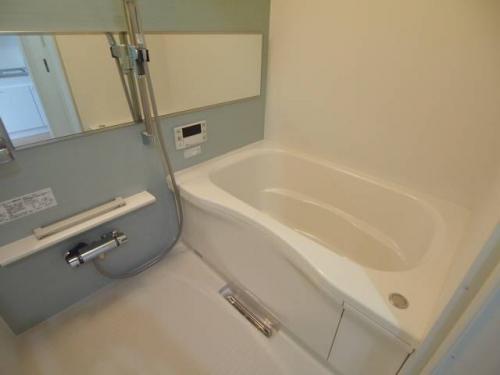 大きい鏡のお風呂。温度調整がラクなサーモスタット付き。