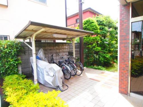 屋根つきで安心の駐輪場です。