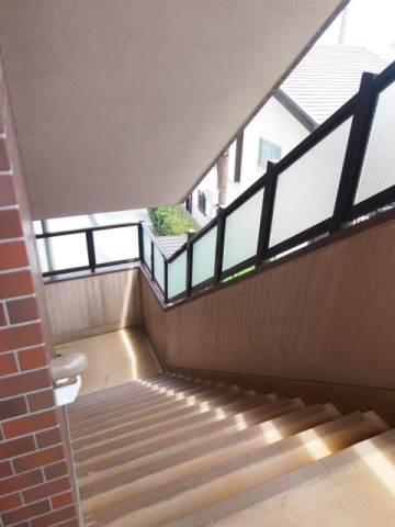 広い共有廊下は引っ越しの時も搬入しやすいですね。