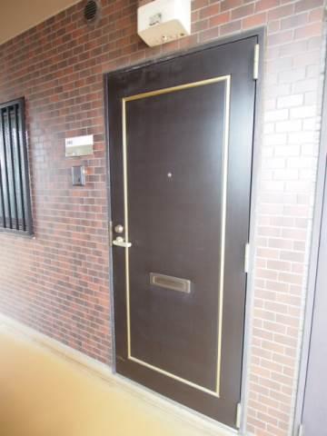 玄関ドアも落ち着く色合いです。