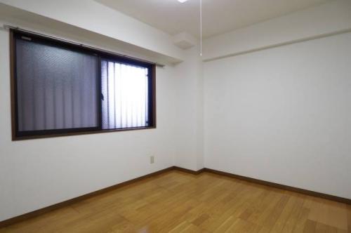 玄関横の洋室6帖。こちらをベッドルームにしてもよさそう。