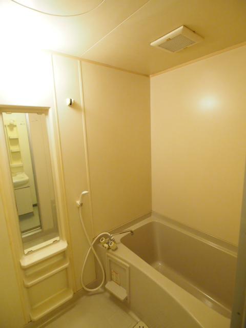 お風呂も広くゆとりのある広さ。