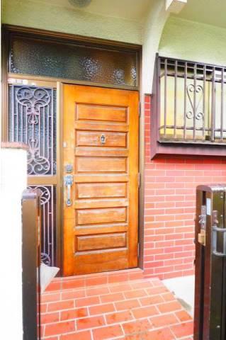 門扉を開けて玄関ドアです。