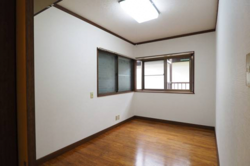 洋室4.5帖です。窓も二面にありますよ。