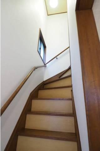 二階へ上がる階段です。