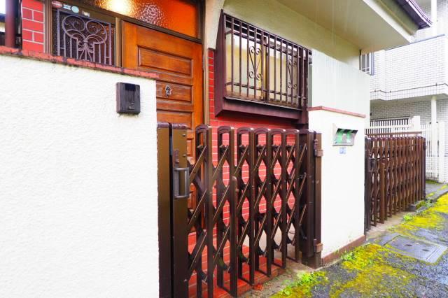 玄関ドア前には門扉があります。