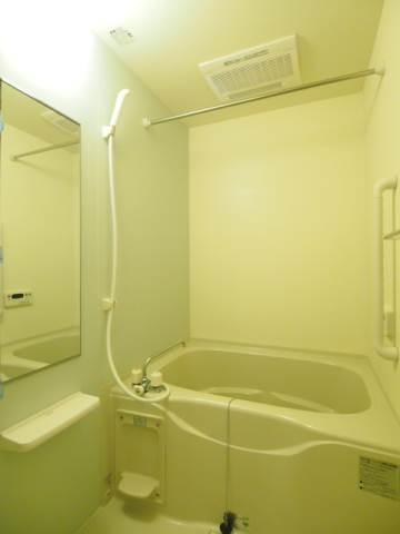 追い焚き、浴室乾燥機など嬉しい設備の整った浴室。