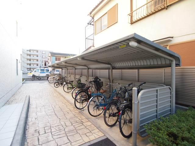 屋根付きの駐輪場はとめやすい広さです。