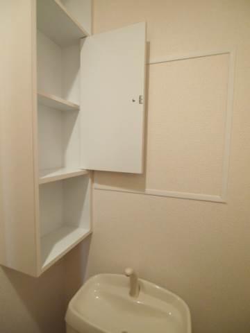 トイレに棚があるのはとっても便利ですね。