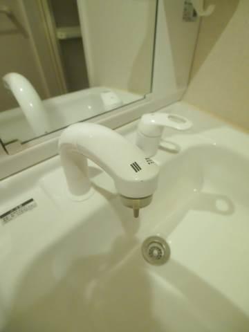 シャワーつきの洗面台は便利。