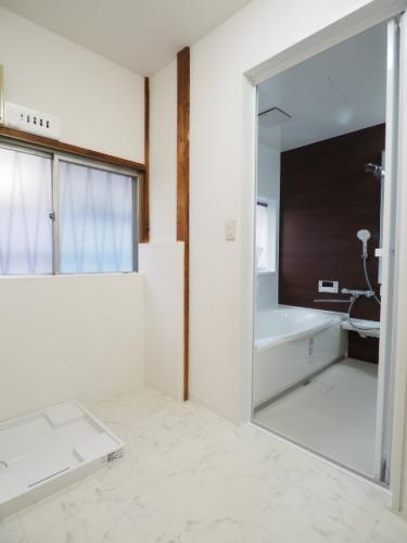 洗濯機置き横にはカゴが置けるスペース