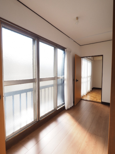 2階南廊下。暖かい陽が差し込みます。