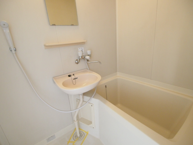 お風呂場には洗面台もついているので便利。