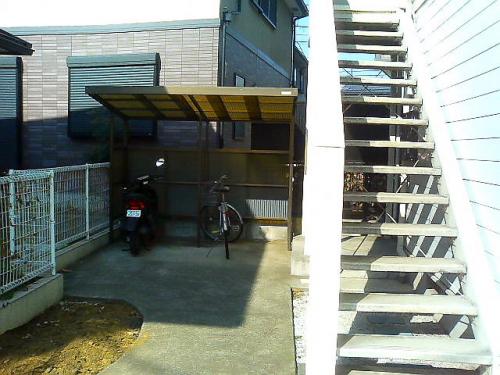 ゆったりした共有部分は駐輪場もあります。