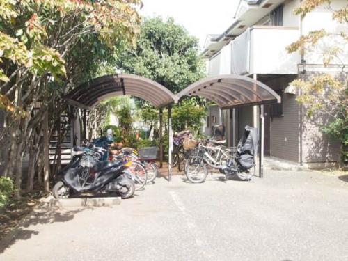 駐輪場も屋根付きで安心