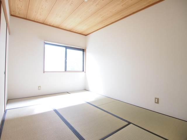 和室も明るい空間。6帖あります。