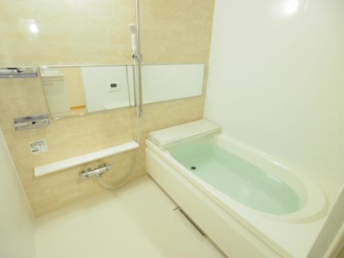浴室乾燥機や追い焚きのついた広々お風呂は魅力。