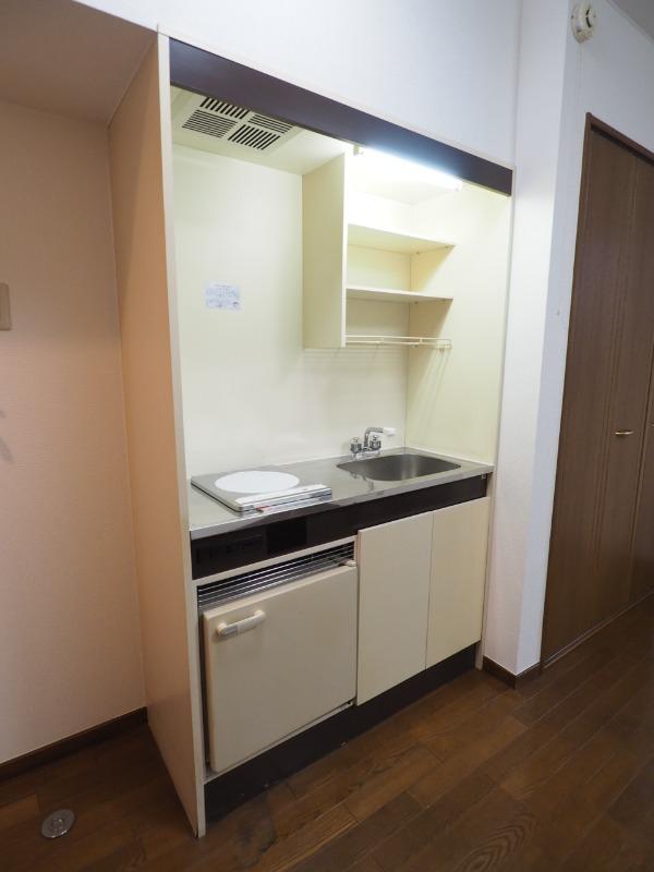 コンパクトなキッチン。別部屋の写真です。