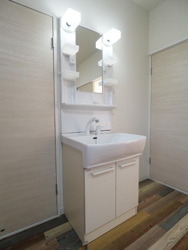 洗面台はシャワー付きの人気設備です。