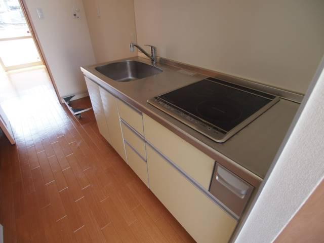 キッチンは収納豊富でおしゃれなシステムIHキッチンです。