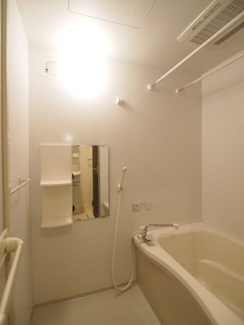 お風呂場も鏡付きなので便利できれい。